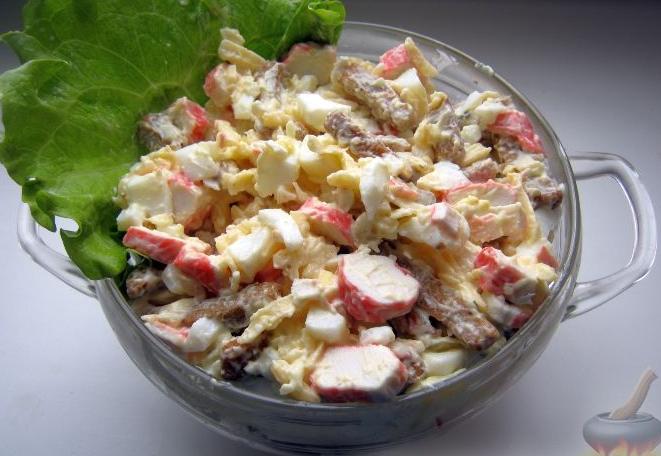 крабовый салат Королевский с сухариками и майонезом
